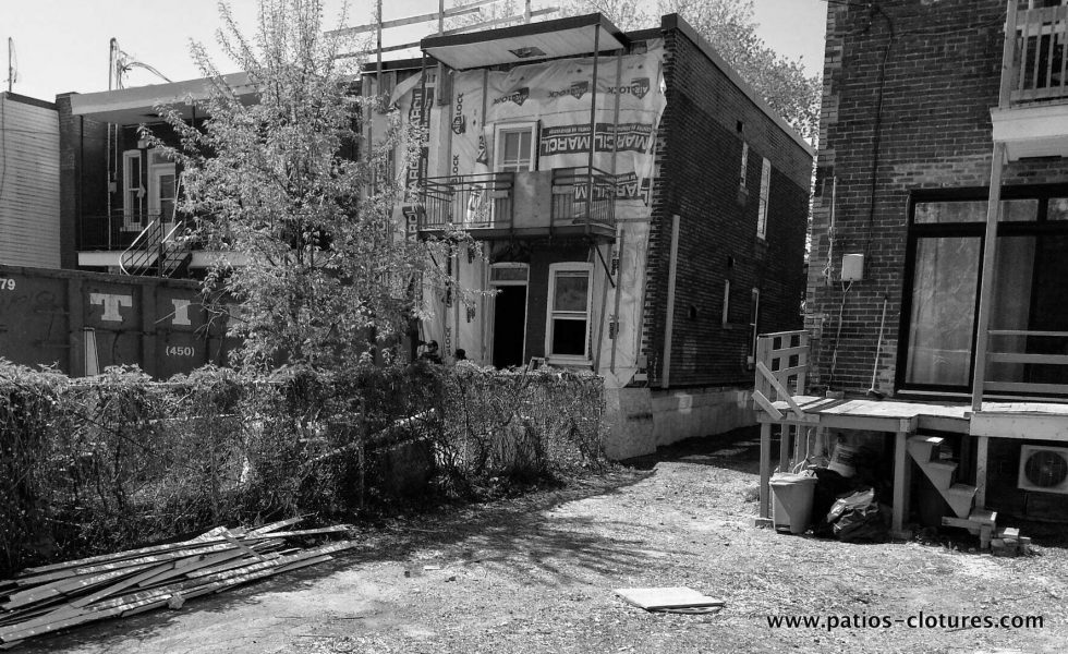 Before the transformation of the backyard of the Rigal project. The chain-link fence offered no intimacy with the neighbors.