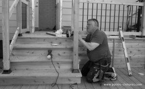 Construction d'un balcon en bois de cèdre - installation des rampes