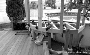 Construction d'un deck de piscine en courbe