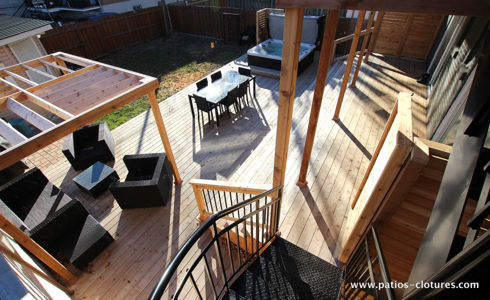 Vue du haut. Remplacement des balcons par deux nouveaux balcons, un escalier colimaçon en aluminium, une terrasse basse incluant un spa, une espace repas et un coin lounge avec pergola. Patio Gendron.