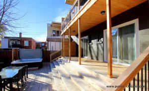 Balcon du bas avec un escalier pleine largeur à marches profondes et comfortables. Terrasse basse avec un spa intégré. Patio Gendron.