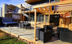 View of the lounge area surmounted by a pergola creating an air structure with an original design. Gendron patio.