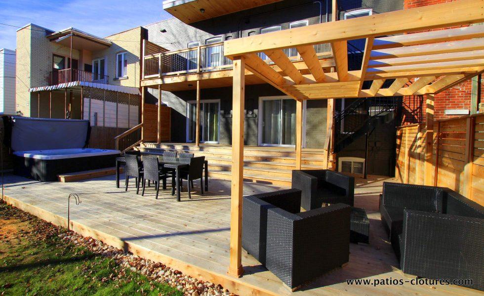 Vue du coin lounge surmonté d'une pergola créant une structure aérienne au design original. Patio Gendron.
