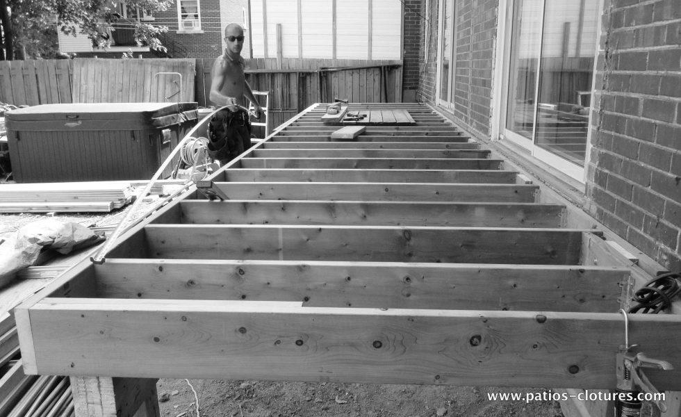 Maz durant la construction du patio Gendron.