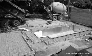 The pouring of concrete for the contour of the in-ground pool and for the slab of the shed. (Rigal project)