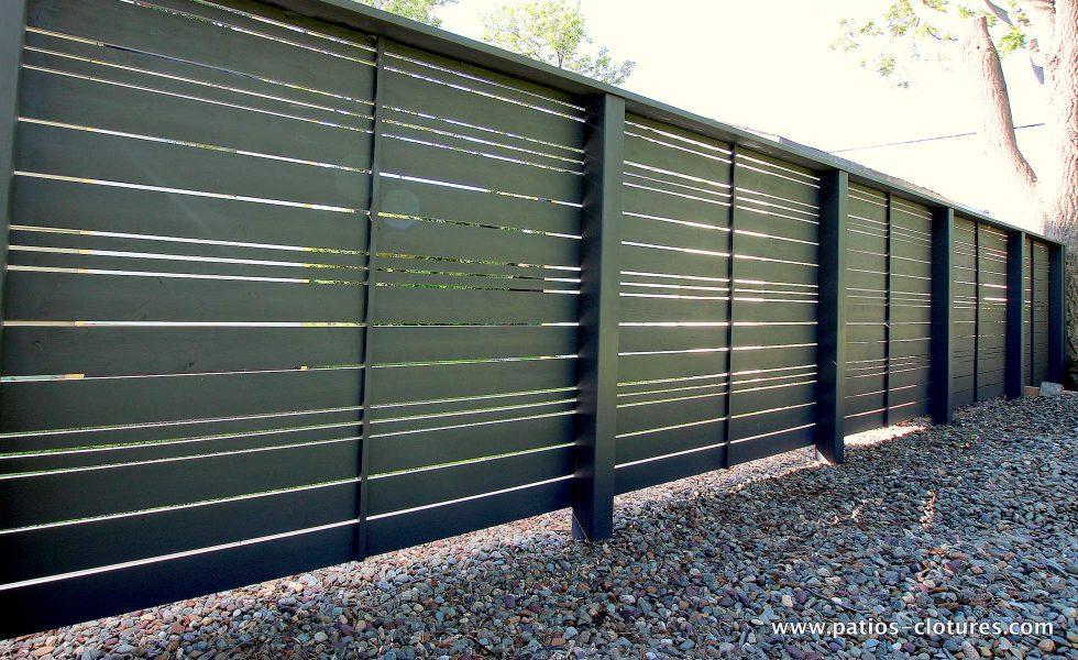 -côté intérieur- clôture horizontale en bois foncé ajourée avec alternance