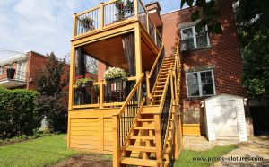 Two-storey patio Chartré. Ceiling in knurled pine. Custom mosquito nets. Straight staircase in cedar with two steps.