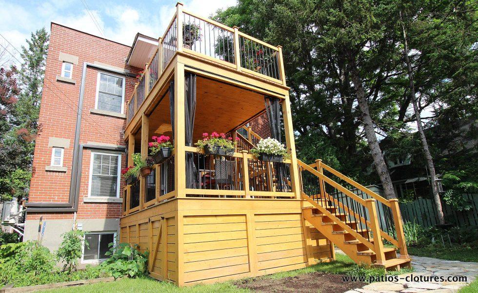 Vue de gauche du patio à deux étages Chartré. Plafond en pin embouveté. Moustiquaires sur mesure. Escalier droit en cèdre à deux palliers.