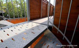 """Les escaliers colimaçon en acier galvanisé ont des marches antidérapantes de type """"checkered plate"""" et des trous pour l'évacuation de l'eau. (Projet Rigal)"""