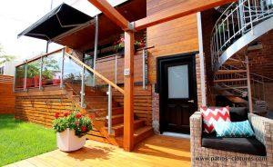 Vue des différents corridors de passage : l'accès au gazon et à la piscine, l'accès au sous-sol, les escaliers vers l'espace repas et à la maison, l'escalier colimaçon pour les locataires et l'accès à la terrasse sur le toit. (Projet Rigal)