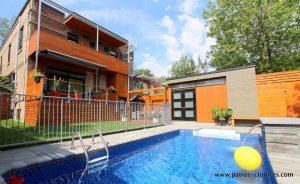 Vue de la piscine montrant le cabanon, le lounge, l'escape repas et le balcon des locataires du dessus. L'escalier colimaçon tout en acier galvanisé se poursuit pour donner accès à la futur terrasse sur le toit. (Projet Rigal)
