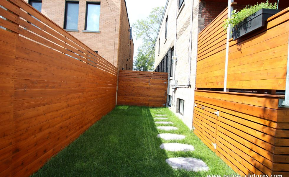 Courtyard secured by an intimate cedar fence with boards in horizontal. (Rigal project)