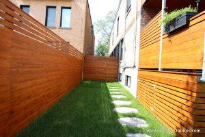 Cour sécurisée par une clôture intime en cèdre avec planches à l'horizontale. (Projet Rigal)