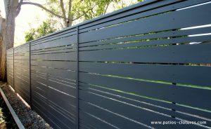 clôture horizontale en bois foncé ajourée avec alternance