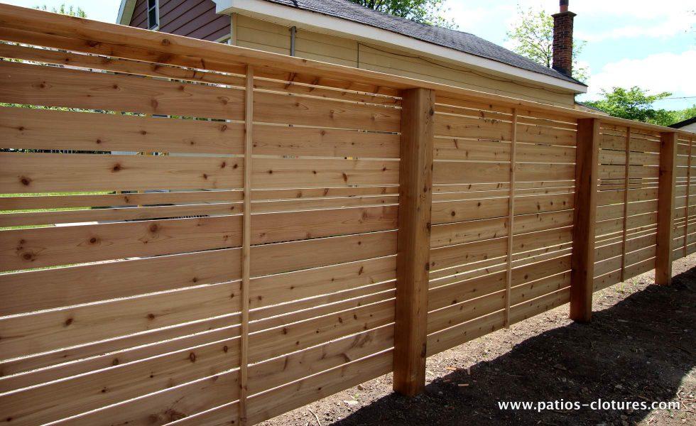 -côté intérieur de la cour- clôture horizontale en bois de cèdre naturel non teint ajourée avec alternance