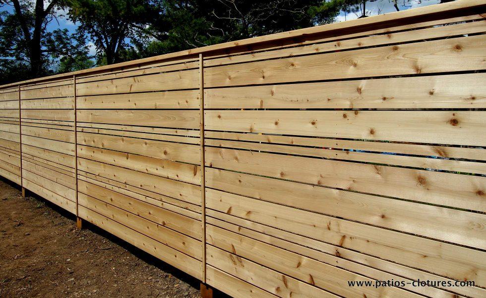 clôture horizontale en bois de cèdre naturel non teint ajourée avec alternance