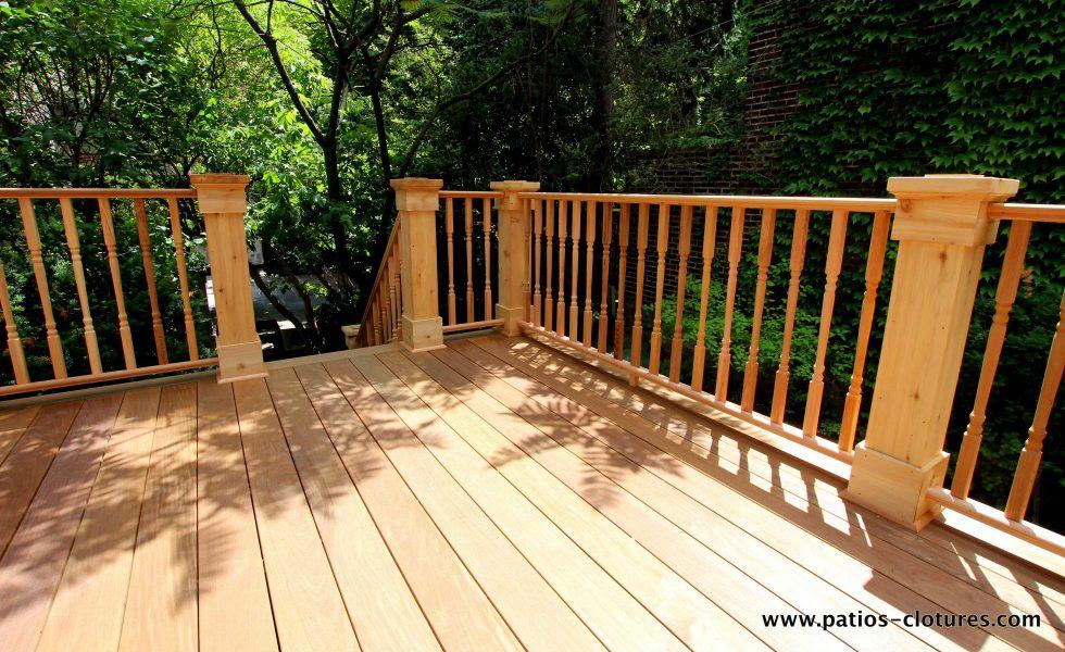 Vue de l'escalier. Patio avec plancher un bois ipé et rampes en cèdre de style colonial. Patio Labadie.