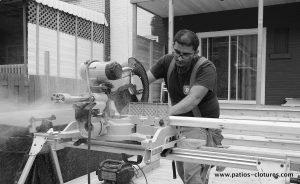Izzy durant la construction du patio Gendron.