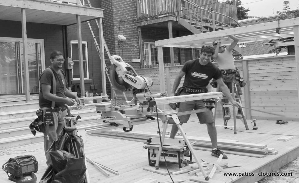 Izzy, Nigel et Maz durant la construction du patio Gendron.