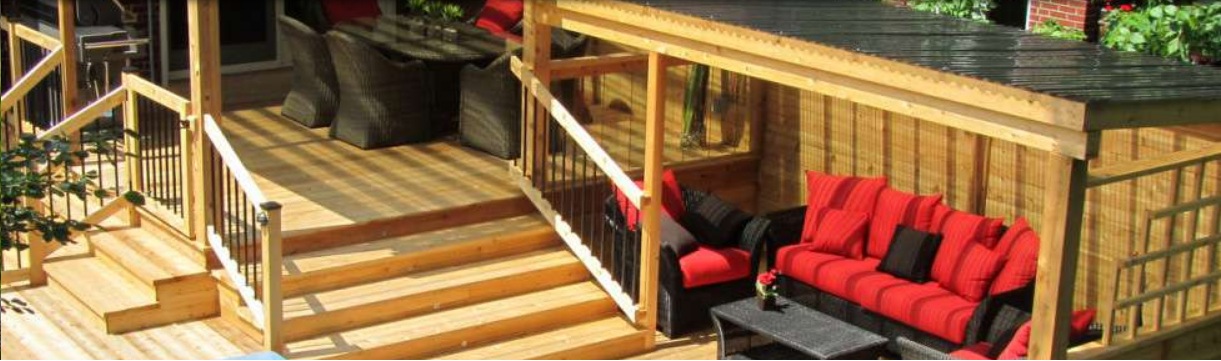 design de patio en bois avec spa terrasse, coin barbecue et salon