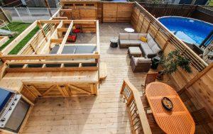 Cour de Verdun avec spa, lounge, espace repas, cuisine extérieure, chaises suspendues, stationnement et cabanon intégré à la clôture (projet Brouillette)