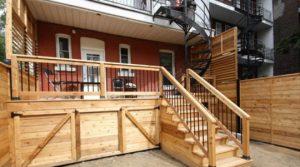 Plusieurs grandes portes dans la jupe du patio pour un accès facile, un superbe espace de rangement