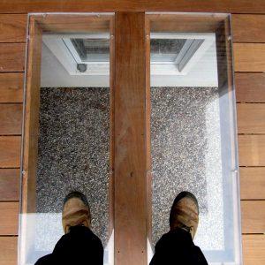 Plexiglass dans le plancher d'un patio pour faire entrer la lumière au sous-sol