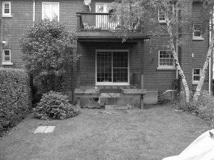 Avant le patio avec pergola en bois l'espace prévu était exposé aux regards des voisins du dessus(patio Vanier)