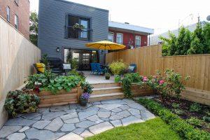 Patio avec clôture en bois verticale, une solution simple pour se soustraire efficacement aux regards extérieurs (patio Laing)