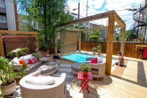 Patio avec écran en toile, on est parvenu à allier le design au côté pratique, intimité préservée et pari gagné ! (patio Paquette)