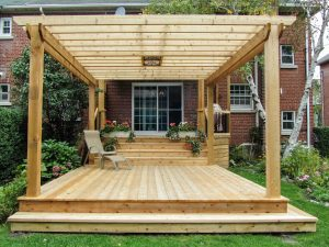 Patio avec pergola en bois, une protection esthétique et efficace contre les regards indiscrets (patio Vanier)