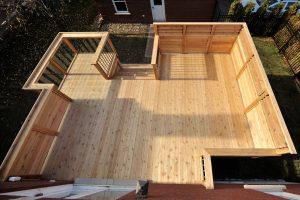 Un décroché dans le design du patio permet à la lumière d'entrer par la fenêtre du sous-sol
