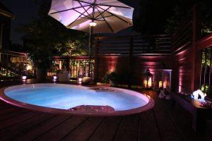 Éclairage d'ambiance autour du spa du patio Bédard
