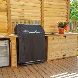 Patio avec BBQ, comptoirs de service, frigo et un écran d'intimité (patio Zimmermann)