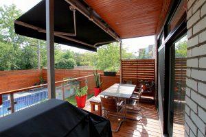 Patio avec auvent rétractable, un abri rapidement opérationnel contre la pluie,le soleil et les regards indiscrets d'en haut! (patio Rigal)