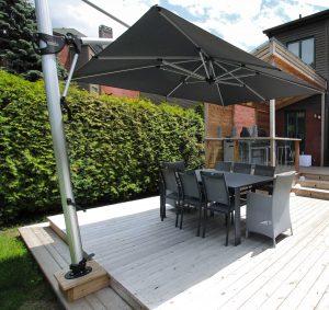 Patio avec parasol décentré et ancré au patio (patio Legault)
