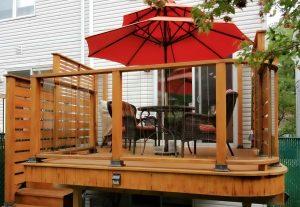 Patio avec parasol sur pieds (patio Brochu)