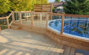 Patio avec piscine hors terre intégrée au patio – Patio Brunelle - Notez les rampes avec panneaux en verre trempé pour bien surveiller les personnes dans la piscine (patio Brunelle)