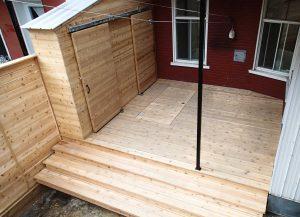 Patio avec rangement à deux portes coulissantes servant aussi d'écran d'intimité (patio Berthelet)