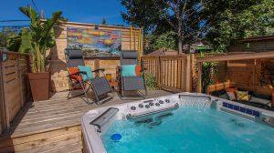 Patio avec spa de nage, pour bronzer ou se reposer dans les chaises longues bien placées (patio Vandal)