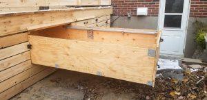 Patio avec tiroir étanche en dessous du patio, pour optimiser l'espace et le rangement. Tiroir ouvert (patio Pelletier)