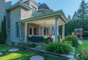 Patio avec toiture recouverte de bardeaux et plafond fini -vue de côté- (patio Hammer)