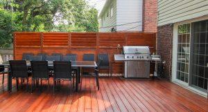 Patio avec un BBQ près de la porte pour rester proche des invités sans les gêner(patio David)