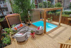 Patio cèdre et bordure en bois ipé autour d'une piscine creusée (patio Paquette)