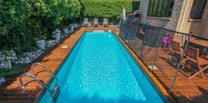 Patio d'une terrasse en cèdre intégrant une piscine creusée (patio Riachy)