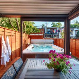 Patio en cèdre avec spa de nage intégré sur trois côtés (patio Daigle)