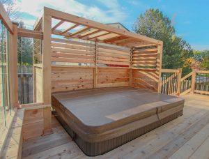 Patio en cèdre avec spa intégré et écran avec persiennes mobiles (patio Brunelle)