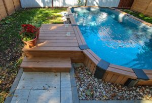 Petit deck de piscine semi-creusée (deck Paquin)