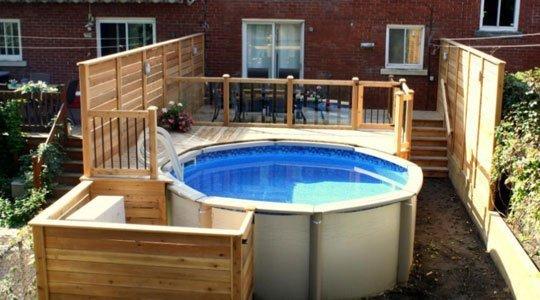 Patio avec piscine hors-terre de 12 pieds