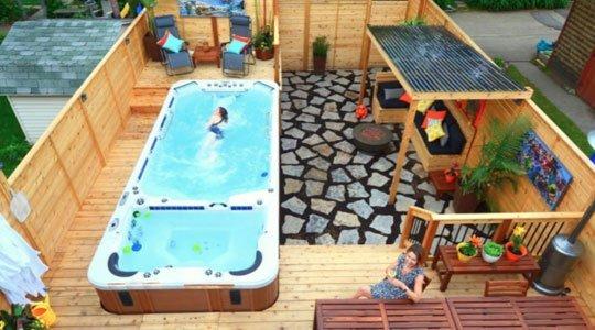 Patio avec spa de nage intégré, dans une petite cour de Montréal